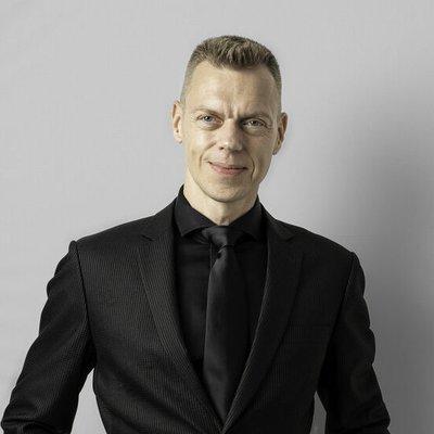 frederik-bisbjerg_black-suit_3-4.jpeg